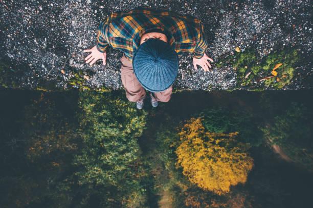 Mann-Reisende sitzen auf Brücke Felskante mit Wald Luftbild Lifestyle Reisen Abenteuer Urlaub Konzept – Foto
