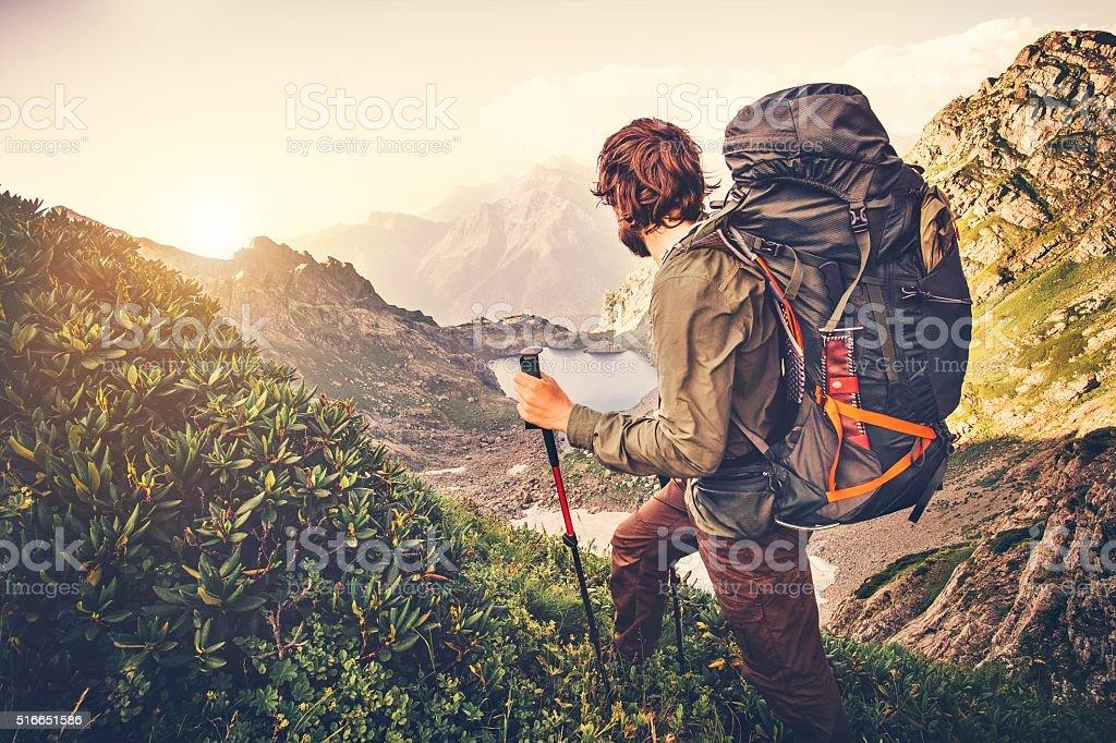 Mann-Reisende mit großer Rucksack für Bergsteiger Reisen Lifestyle-Konzept – Foto
