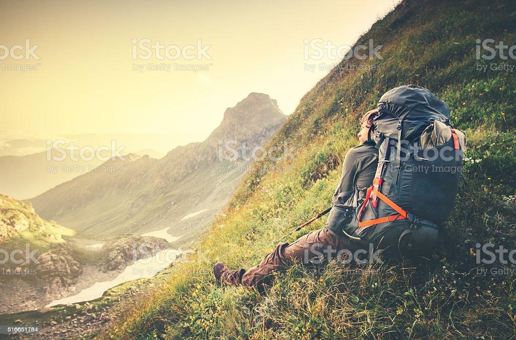 Mann-Reisende mit großer Rucksack entspannende Reise-Lifestyle-Konzept – Foto