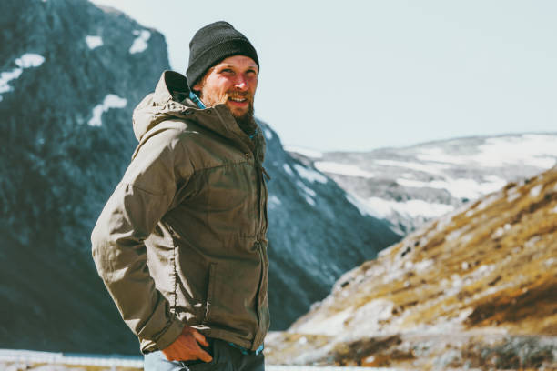 Mann im skandinavischen Gebirge Reisen Lifestyle Konzept Überleben in der wilden Urlaub Reisen – Foto