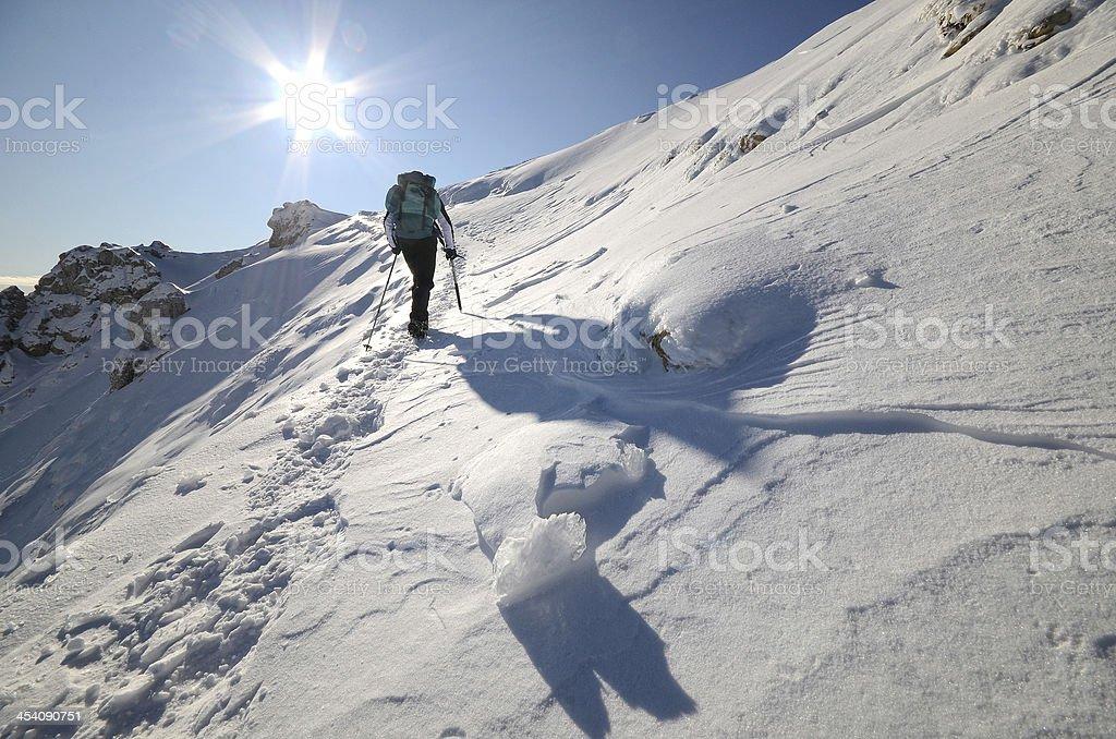 A man trekking alone in broad daylight in Alpinismo stock photo