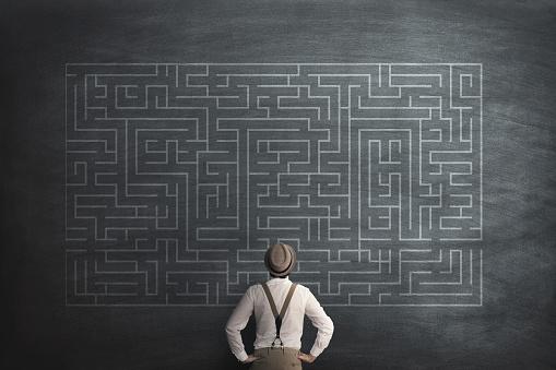 Man Try To Solve A Labyring On A Chalkboard - Fotografie stock e altre immagini di Affari