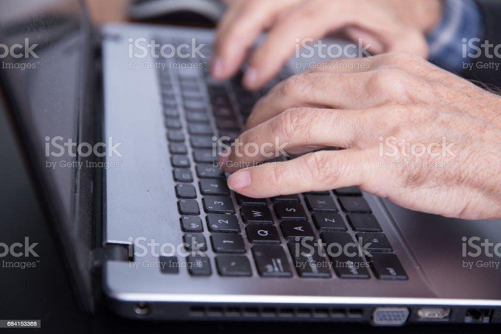 Man die typt op een laptop royalty free stockfoto