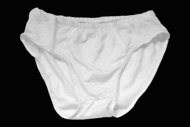 sous-vêtements d'homme blanc d'isolement sur le fond noir. chemin de coupe. - homme slip photos et images de collection