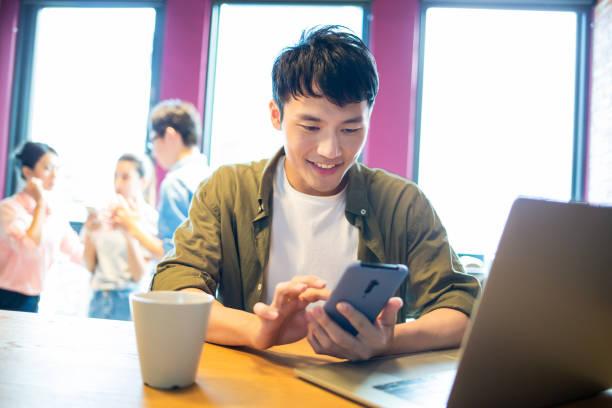 Mann verwenden Smartphone und Laptop – Foto