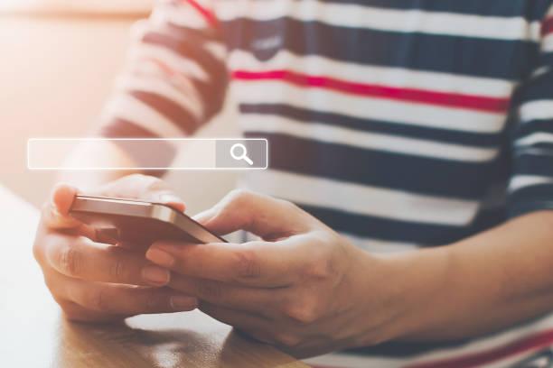 Man nutzt Smartphones, um zu finden, was sie interessiert. Informationsdaten zum Internet-Netzwerkkonzept suchen – Foto