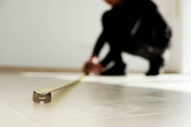 타일 바닥에 측정 테이프를 사용 하는 사람 - 측정 장치 뉴스 사진 이미지