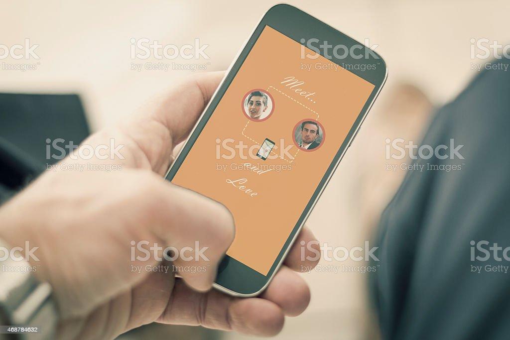 Hombre usando la aplicación de teléfono inteligente línea - foto de stock