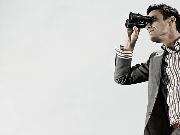 Homme à l'aide de jumelles - Photo