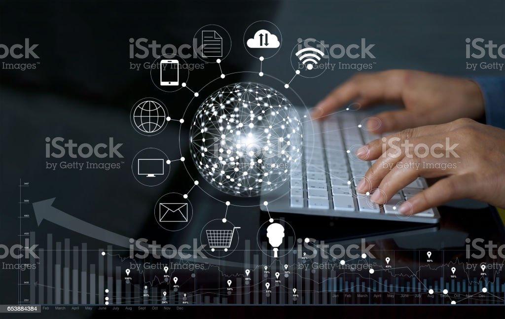 Mann mit Computer Zahlungen online-shopping und Symbol Kunden Netzwerk-Verbindung mit Graph Statistik auf Bildschirm, m-Banking und Omni-Kanal Lizenzfreies stock-foto