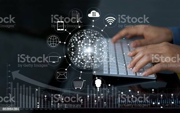 Mann Mit Computer Zahlungen Onlineshopping Und Symbol Kunden Netzwerkverbindung Mit Graph Statistik Auf Bildschirm Mbanking Und Omnikanal Stockfoto und mehr Bilder von Bezahlen