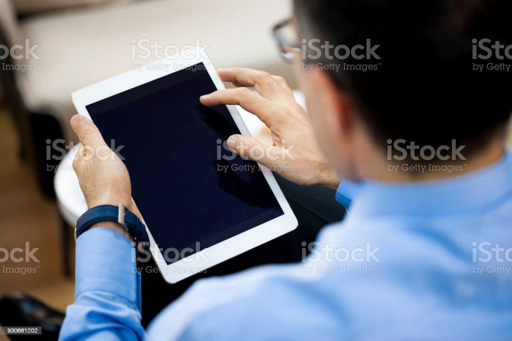 Mann mit digitalen tablet  – Foto