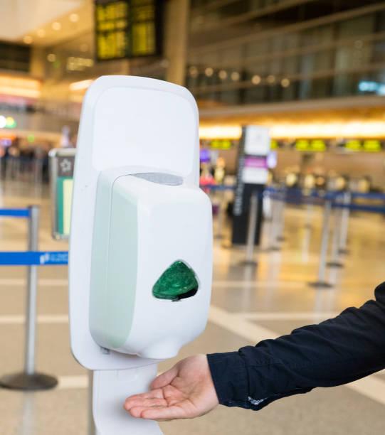 Mann mit Handdesinfektionsspender zum Waschen / Desinfizieren seiner Hände – Foto