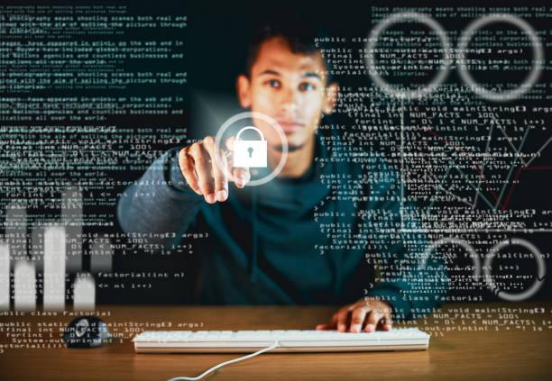 homem usando teclado olha símbolo de senha na tela interativa - computador cadeado - fotografias e filmes do acervo