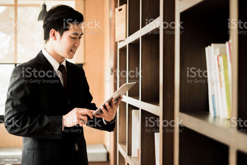 Mann mit Laptop und Smartphone-shopping-Website Online-shopping-Konzept – Foto