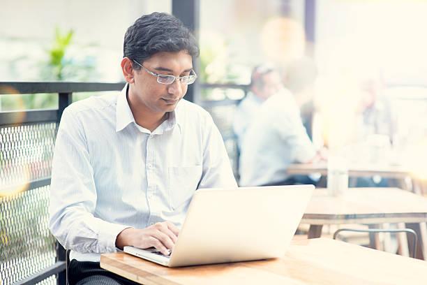 homme avec ordinateur portable au café en plein air. - business malaysia photos et images de collection