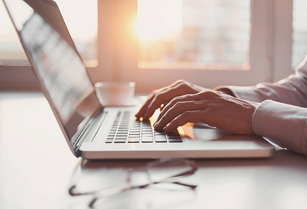 człowiek korzystający z laptopa  - selektywna głębia ostrości zdjęcia i obrazy z banku zdjęć