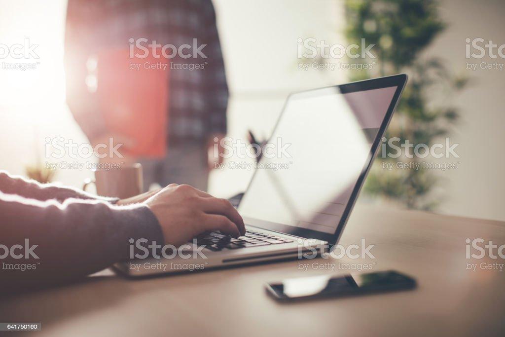 Mann mit laptop-computer  – Foto