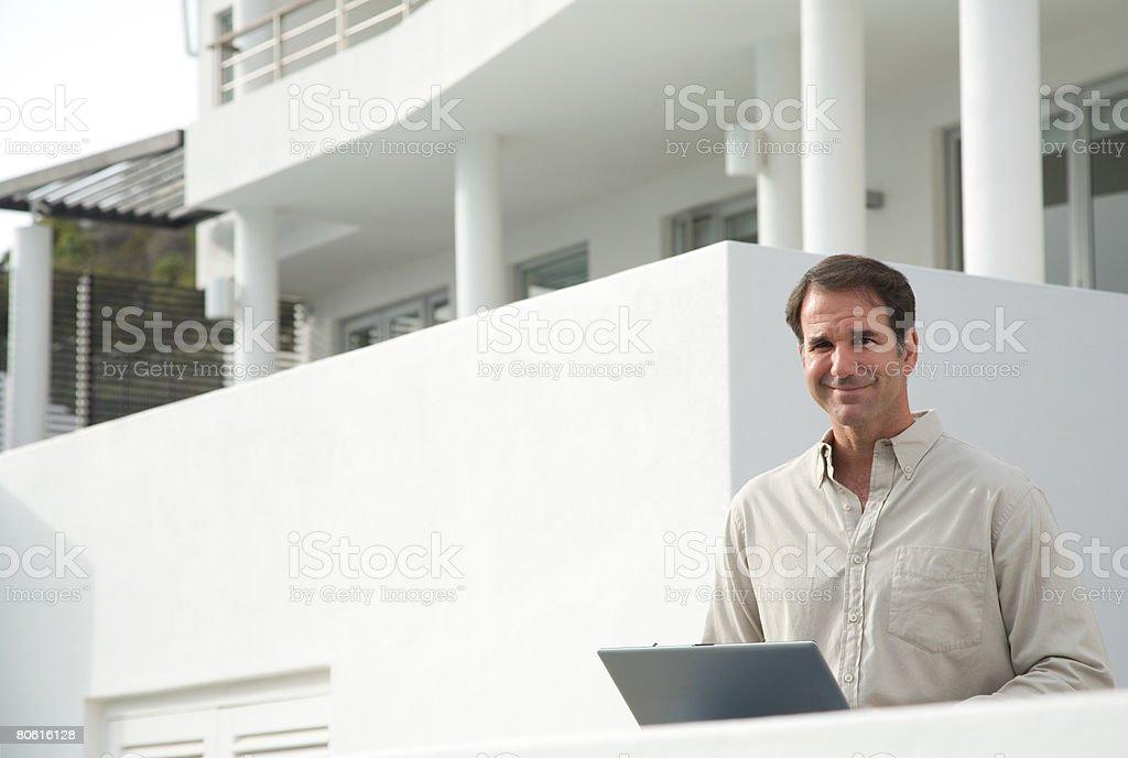 男性ラップトップコンピュータを使う ロイヤリティフリーストックフォト