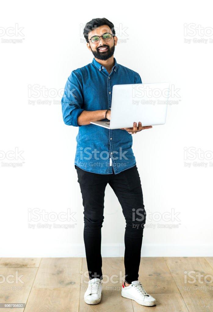 在白色背景下使用筆記本電腦隔離的人圖像檔