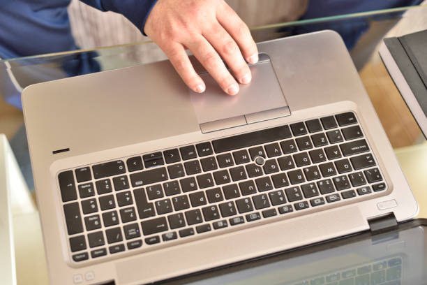 Hombre usando laptop - foto de stock