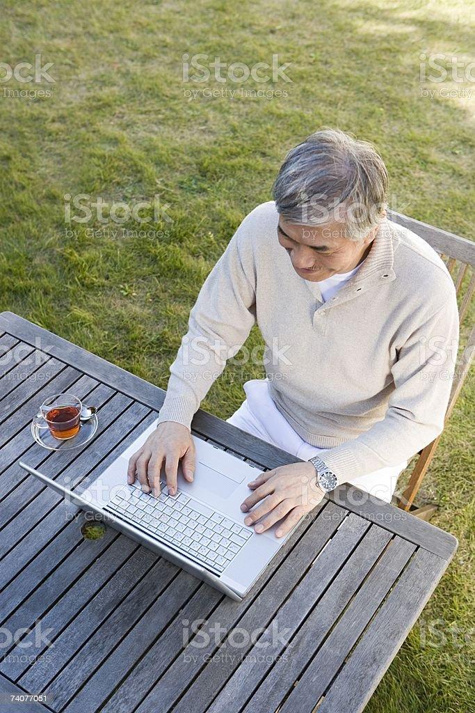Homem usando computador portátil foto de stock royalty-free