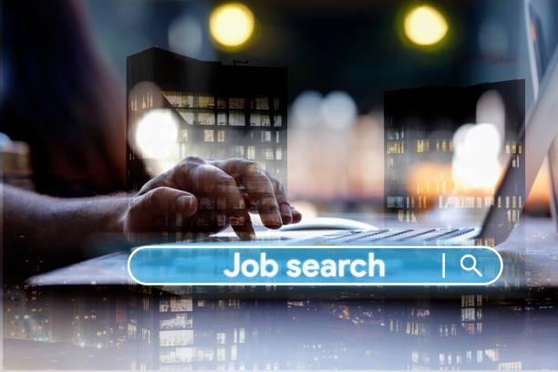 Mann mit Laptop Suche Arbeit online – Foto