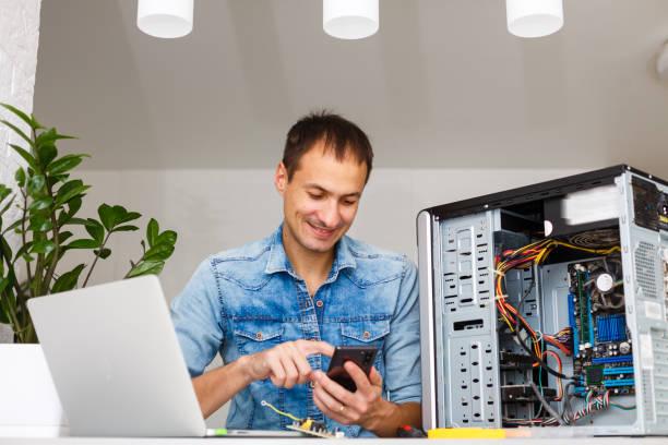 man using laptop to check servers in data center - człowiek maszyna zdjęcia i obrazy z banku zdjęć