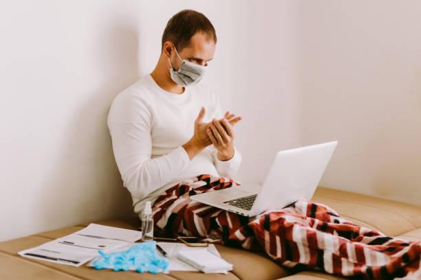 Mann mit flüssigen Handdesinfektionsmittel während der Quarantäne zu Hause – Foto