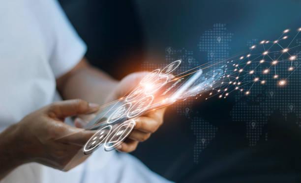 mann mit mobilen online-banking und zahlung, digital marketing. finanzierung und bankenvernetzung. online-shopping und icon-kundennetzwerk-verbindung, cyber-sicherheit. business-technologie. - konsum stock-fotos und bilder