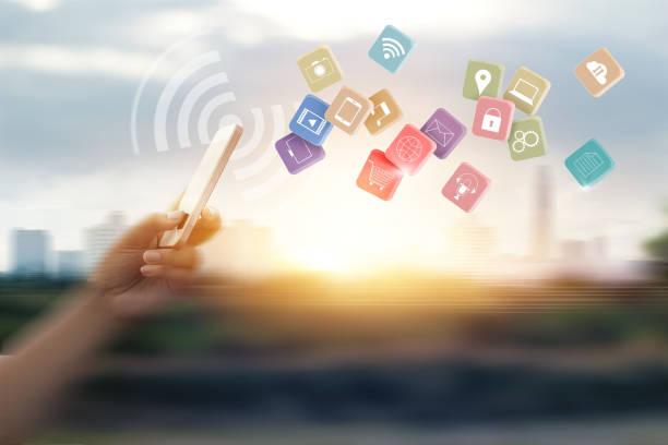 Hombre usando pagos móviles para en línea de compras y el icono conexión de red de cliente en movimiento velocidad desenfoque de fondo - foto de stock