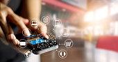 男の携帯電話を使用してオンラインショッピングのお支払いは、顧客のネットワークアイコン