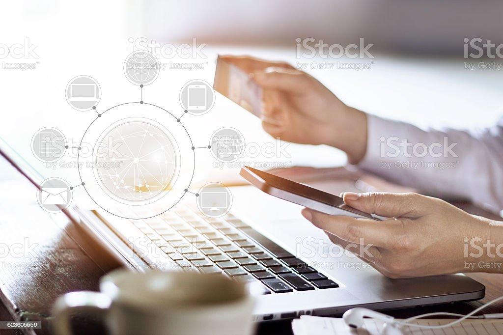 Homem usando o celular de Compras e pagamentos on-line o ícone de rede do cliente - foto de acervo