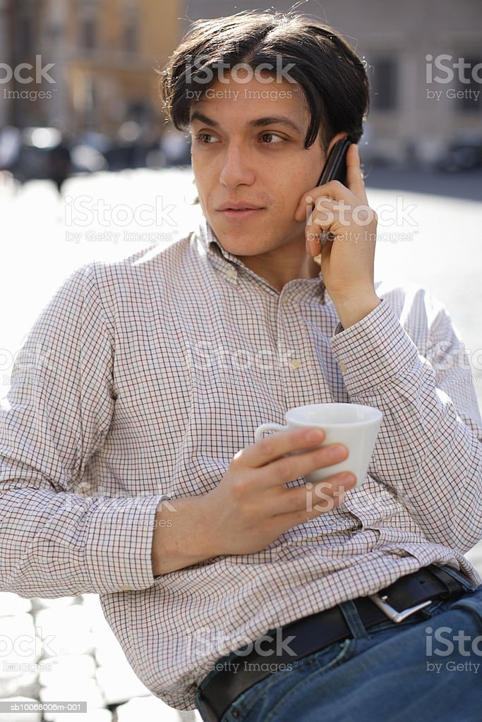 Man using mobile phone at outdoor cafe foto de stock royalty-free