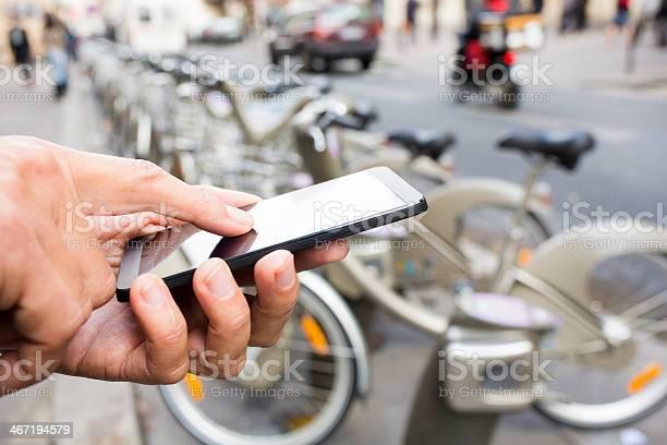 Hombre Mediante Teléfono Móvil En La Parte Delantera De Velib Station París Foto de stock y más banco de imágenes de Adulto