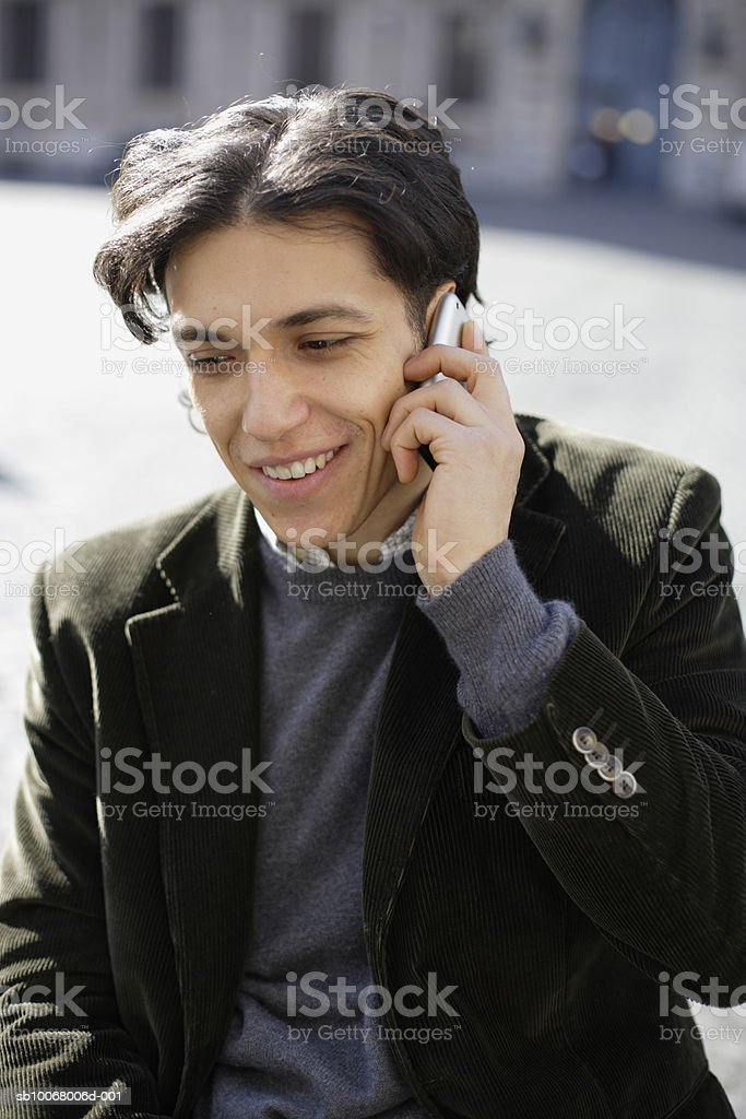 Man using mobile phone outdoors foto de stock royalty-free