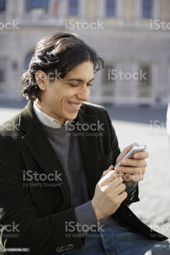 Man using mobile phone outdoors foto de stock libre de derechos