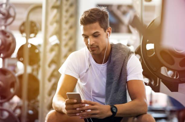 Homem usando telefone celular - foto de acervo