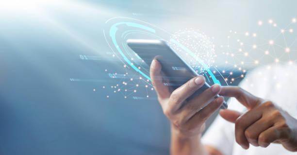 グローバルネットワーク接続、技術、革新的で通信コンセプトを持つ携帯電話を使用する男。 - テクノロジー ストックフォトと画像