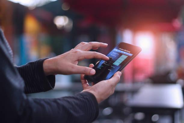 人使用移動智慧手機線上銀行在自助餐廳 - 手機應用程式 個照片及圖片檔