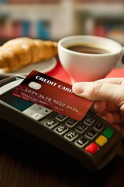 homem com o terminal com tecnologia nfc na cantina - paying with card contactless imagens e fotografias de stock