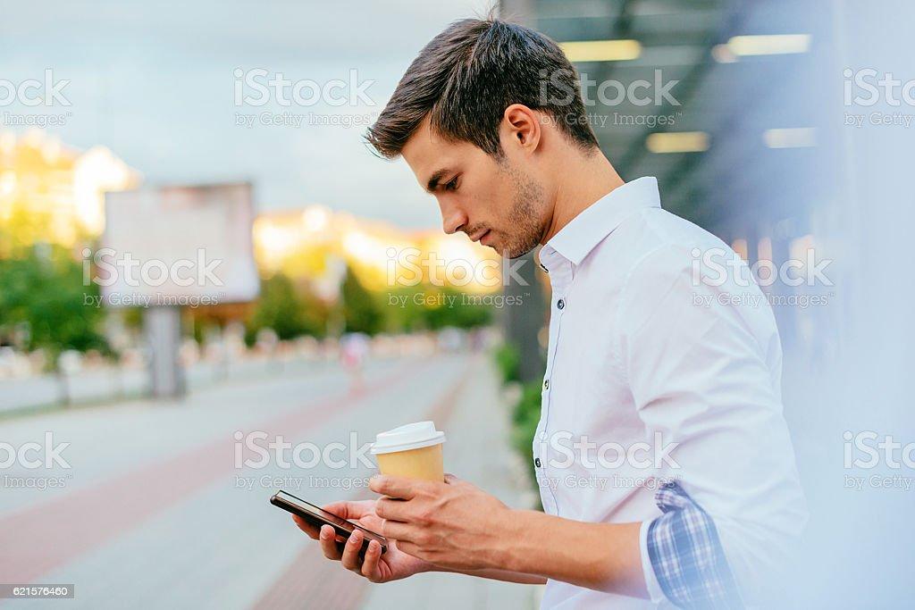 Man using phone in public wi-fi area on coffee break photo libre de droits