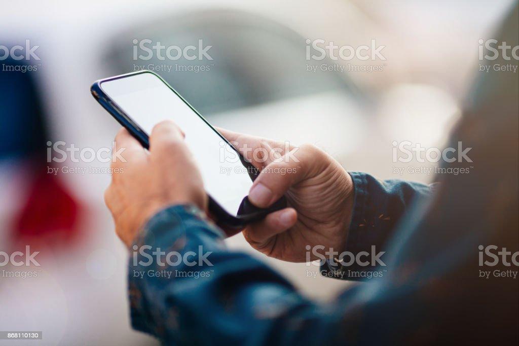 Homme à l'aide de téléphone intelligent sur la rue photo libre de droits