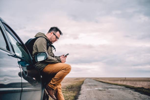 mann mit smart phone  - outdoor handy stock-fotos und bilder