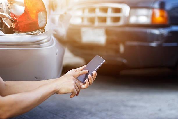 Mann, mit Smartphone am Straßenrand nach der Unfall – Foto