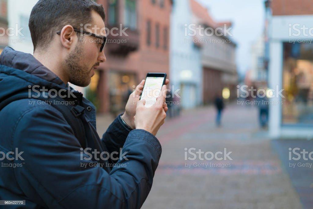 Mannen med smartphone - Royaltyfri 20-29 år Bildbanksbilder