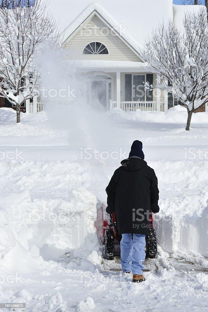 Hombre usando soplador de nieve para eliminar profunda Ventisca nieve foto de stock libre de derechos