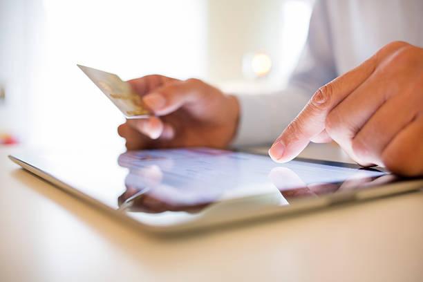 Mann mit tablet und halten Kreditkarte – Foto