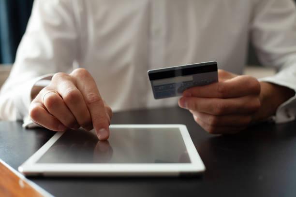 Mann mit Tablet PC. Kreditkarte, Online-Shopping. – Foto