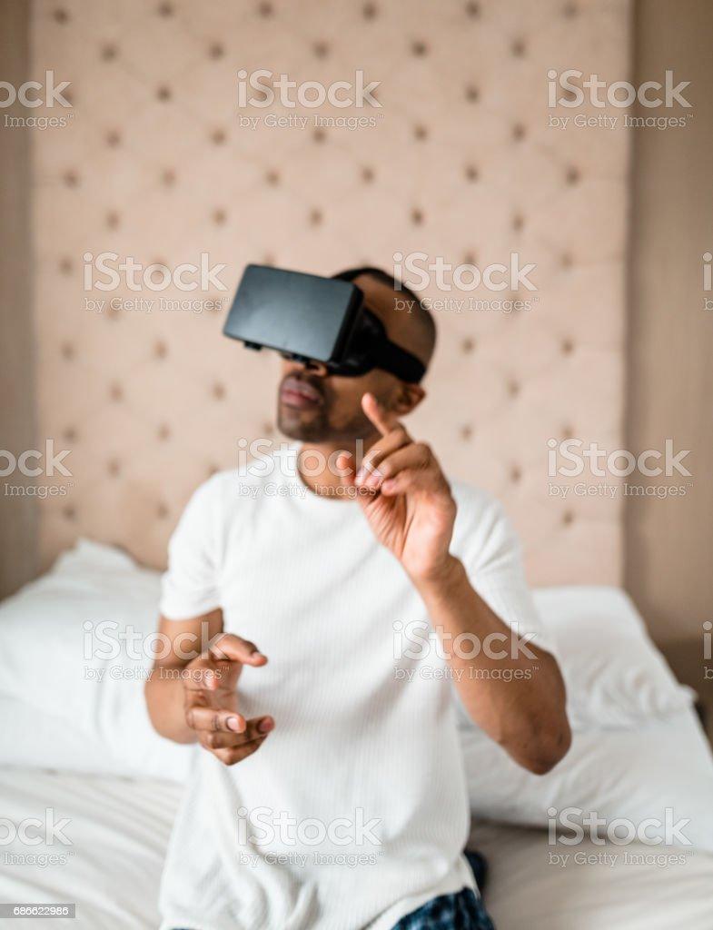 homme à l'aide du simulateur de réalité virtuelle à la maison photo libre de droits
